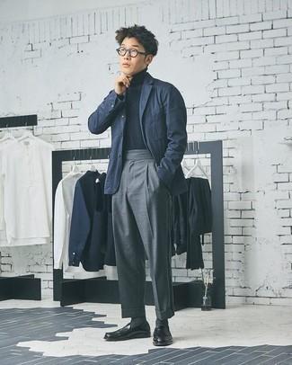 Combinar un blazer azul marino: Elige un blazer azul marino y un pantalón de vestir gris para rebosar clase y sofisticación. Mocasín de cuero negro son una opción práctica para complementar tu atuendo.