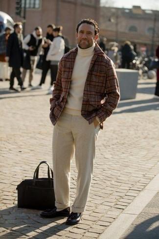 Combinar un pantalón de vestir de lana en beige: Elige un blazer de lana de tartán burdeos y un pantalón de vestir de lana en beige para rebosar clase y sofisticación. Mocasín con borlas de cuero negro son una opción buena para completar este atuendo.