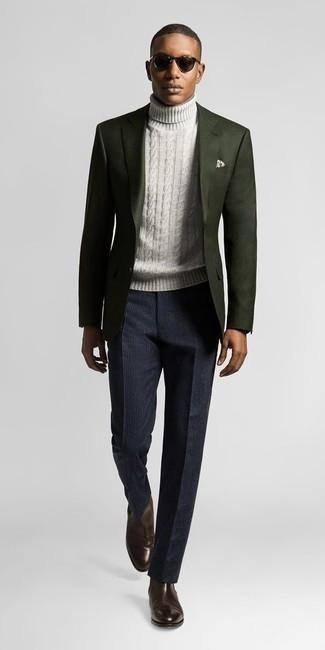 Combinar un pantalón de vestir de rayas verticales azul marino: Empareja un blazer verde oscuro con un pantalón de vestir de rayas verticales azul marino para una apariencia clásica y elegante. Complementa tu atuendo con botines chelsea de cuero en marrón oscuro.