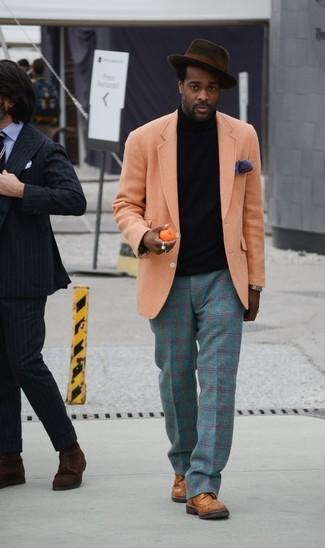 Cómo combinar: zapatos brogue de cuero marrónes, pantalón de vestir de lana de tartán en verde azulado, jersey de cuello alto negro, blazer de lana naranja