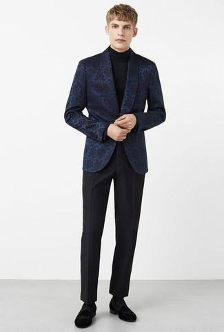 Outfits hombres: Opta por un blazer de brocado azul marino y un pantalón de vestir negro para una apariencia clásica y elegante. Mocasín de terciopelo negro son una opción grandiosa para completar este atuendo.