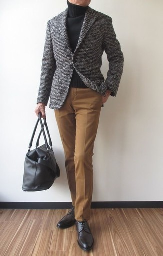 Combinar un jersey de cuello alto de lana negro: Algo tan simple como optar por un jersey de cuello alto de lana negro y un pantalón de vestir marrón claro puede distinguirte de la multitud. Zapatos derby de cuero en gris oscuro son una opción práctica para complementar tu atuendo.