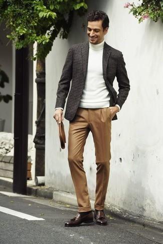 Combinar unos calcetines en marrón oscuro: Emparejar un blazer de pata de gallo en gris oscuro con unos calcetines en marrón oscuro es una opción perfecta para el fin de semana. Con el calzado, sé más clásico y haz mocasín con borlas de cuero marrón tu calzado.