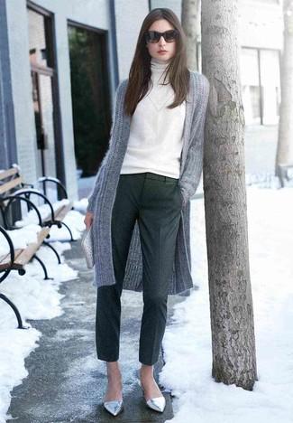 Cómo combinar: bailarinas de cuero plateadas, pantalón de vestir de lana en gris oscuro, jersey de cuello alto blanco, cárdigan abierto de punto gris