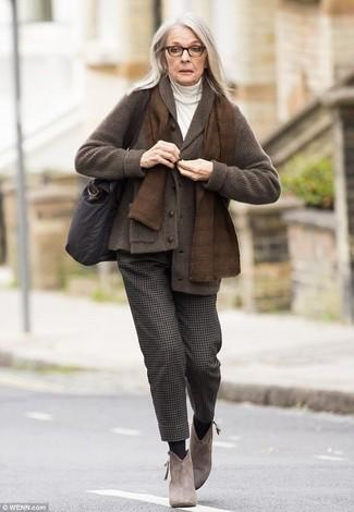Cómo combinar: botines de ante marrónes, pantalón de vestir de lana en marrón oscuro, jersey de cuello alto blanco, cárdigan con cuello chal en marrón oscuro