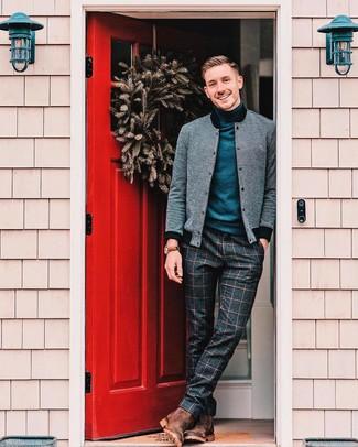 Cómo combinar: botines chelsea de ante marrónes, pantalón de vestir de lana a cuadros en gris oscuro, jersey de cuello alto azul marino, cazadora de aviador gris