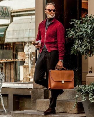 Combinar un pantalón de vestir de lana negro: Utiliza una cazadora de aviador de ante roja y un pantalón de vestir de lana negro para un perfil clásico y refinado. Mocasín de ante en marrón oscuro son una opción inigualable para completar este atuendo.