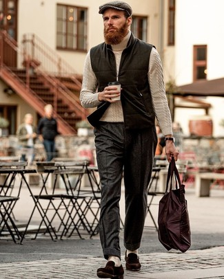 Look de moda: Mocasín de ante en marrón oscuro, Pantalón de vestir de lana en gris oscuro, Jersey de cuello alto de punto en beige, Chaleco de abrigo de lana negro