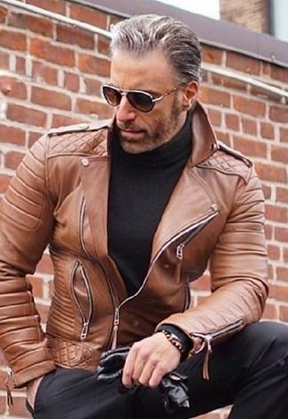 Cómo combinar: guantes de cuero negros, pantalón de vestir negro, jersey de cuello alto negro, chaqueta motera de cuero marrón