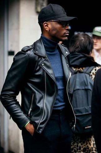 Cómo combinar: gorra de béisbol negra, pantalón de vestir de lana negro, jersey de cuello alto azul marino, chaqueta motera de cuero negra