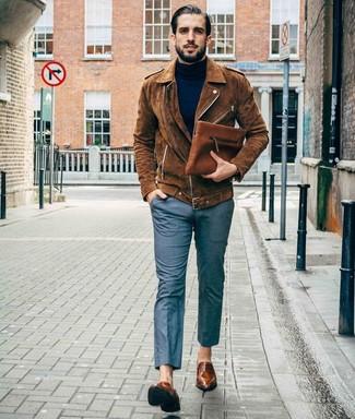 Combinar un pantalón de vestir gris: Empareja una chaqueta motera de ante marrón con un pantalón de vestir gris para el after office. Elige un par de mocasín de cuero marrón para mostrar tu inteligencia sartorial.