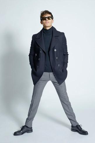 Cómo combinar: zapatos brogue de cuero negros, pantalón de vestir de lana a cuadros gris, jersey de cuello alto en gris oscuro, chaquetón azul marino