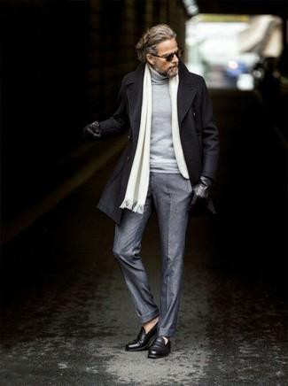 Cómo combinar: mocasín de cuero negro, pantalón de vestir de lana gris, jersey de cuello alto gris, chaquetón negro