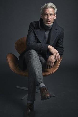 Combinar un jersey de cuello alto: Empareja un jersey de cuello alto junto a un pantalón de vestir gris para una apariencia clásica y elegante. Zapatos brogue de cuero marrónes son una opción incomparable para completar este atuendo.