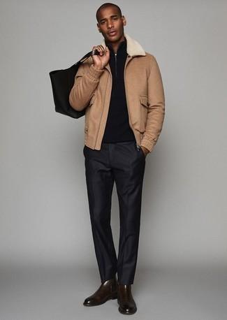 Combinar una bolsa tote de lona negra: Equípate una cazadora harrington marrón claro junto a una bolsa tote de lona negra transmitirán una vibra libre y relajada. Con el calzado, sé más clásico y haz botines chelsea de cuero en marrón oscuro tu calzado.