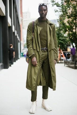Combinar un pantalón de vestir verde oliva: Algo tan simple como optar por una gabardina verde oliva y un pantalón de vestir verde oliva puede distinguirte de la multitud. ¿Quieres elegir un zapato informal? Opta por un par de botines chelsea de ante en beige para el día.