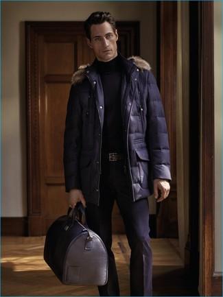 Cómo combinar: bolsa de viaje de cuero negra, pantalón de vestir negro, jersey de cuello alto negro, parka azul marino