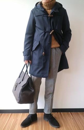Combinar un jersey de cuello alto mostaza: Opta por un jersey de cuello alto mostaza y un pantalón de vestir de lana gris para una apariencia clásica y elegante. ¿Quieres elegir un zapato informal? Completa tu atuendo con botas safari de ante negras para el día.