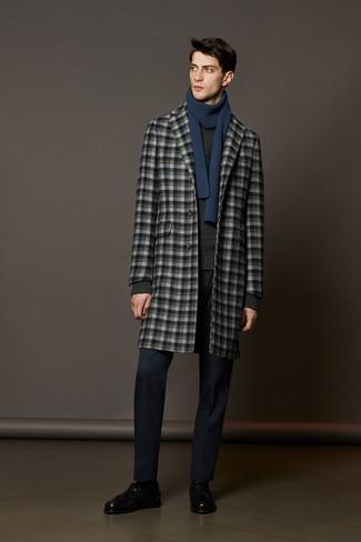Cómo combinar: mocasín con borlas de cuero negro, pantalón de vestir azul marino, jersey de ochos en gris oscuro, abrigo largo a cuadros gris