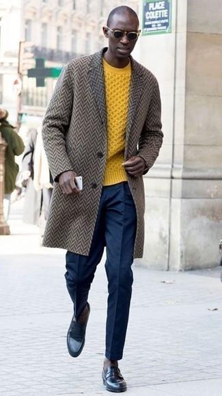 Combinar un jersey de ochos amarillo: Intenta ponerse un jersey de ochos amarillo y un pantalón de vestir azul marino para un perfil clásico y refinado. Mocasín de cuero azul marino son una opción práctica para complementar tu atuendo.
