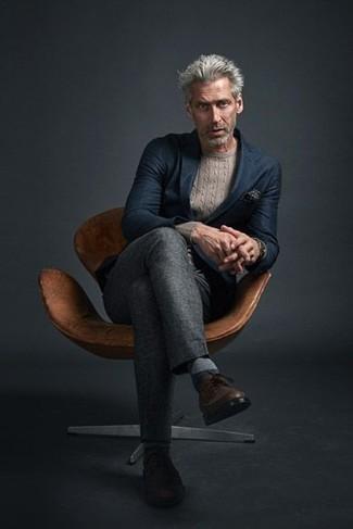 Combinar un blazer azul marino: Intenta ponerse un blazer azul marino y un pantalón de vestir gris para una apariencia clásica y elegante. Si no quieres vestir totalmente formal, usa un par de zapatos brogue de cuero marrónes.