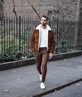 Combinar un pantalón de vestir marrón: Empareja una chaqueta estilo camisa de ante marrón junto a un pantalón de vestir marrón para un perfil clásico y refinado. Si no quieres vestir totalmente formal, elige un par de tenis de lona blancos.