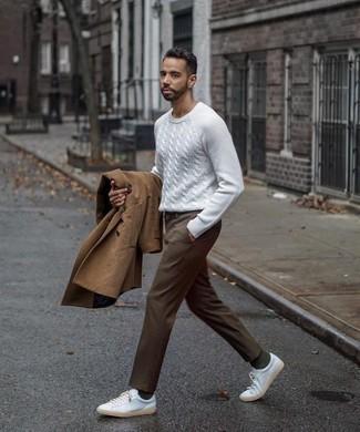 Combinar un pantalón de vestir marrón: Empareja una gabardina marrón junto a un pantalón de vestir marrón para un perfil clásico y refinado. ¿Quieres elegir un zapato informal? Haz tenis de lona blancos tu calzado para el día.