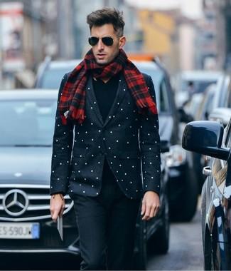 Cómo combinar: bufanda de tartán roja, pantalón de vestir de lana negro, jersey de pico negro, blazer a lunares en negro y blanco