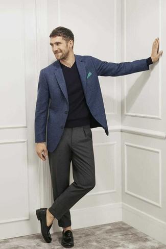 Combinar un pantalón de vestir en gris oscuro: Equípate un blazer de lana a cuadros azul marino con un pantalón de vestir en gris oscuro para un perfil clásico y refinado. Mocasín de cuero negro son una opción atractiva para completar este atuendo.