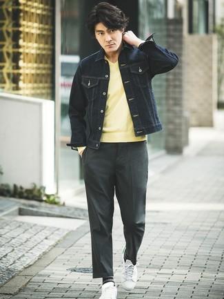 Cómo combinar: tenis de cuero blancos, pantalón de vestir en gris oscuro, jersey de pico amarillo, chaqueta vaquera azul marino