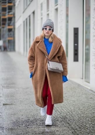 Cómo combinar: deportivas blancas, pantalón de vestir rojo, jersey oversized de punto azul, abrigo de piel marrón