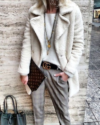 Cómo combinar: cartera sobre de cuero estampada en marrón oscuro, pantalón de vestir de tartán gris, jersey oversized blanco, abrigo de piel blanco