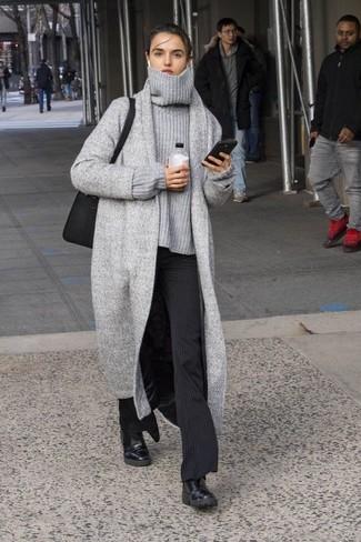 Combinar un jersey oversized de punto gris: Intenta ponerse un jersey oversized de punto gris y un pantalón de vestir de rayas verticales negro para cualquier sorpresa que haya en el día. Botines chelsea de cuero negros son una opción inmejorable para complementar tu atuendo.