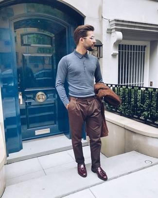 Cómo combinar: mocasín con borlas de cuero burdeos, pantalón de vestir marrón, camisa polo gris, abrigo largo marrón