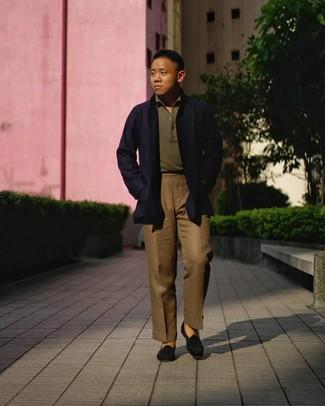Cómo combinar: mocasín de ante negro, pantalón de vestir marrón, camisa polo verde oliva, gabardina azul marino