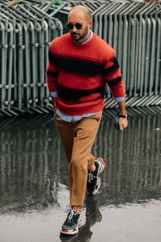 Cómo combinar: deportivas en gris oscuro, pantalón de vestir de lana marrón claro, camisa de manga larga de rayas verticales celeste, jersey con cuello circular de rayas horizontales en rojo y negro