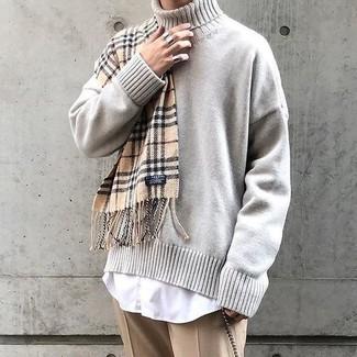 Combinar un jersey de cuello alto de punto en beige: Empareja un jersey de cuello alto de punto en beige con un pantalón de vestir marrón claro para una apariencia clásica y elegante.