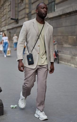 Combinar un pantalón de vestir marrón claro: Emparejar un blazer en beige con un pantalón de vestir marrón claro es una opción perfecta para una apariencia clásica y refinada. Deportivas blancas añadirán interés a un estilo clásico.