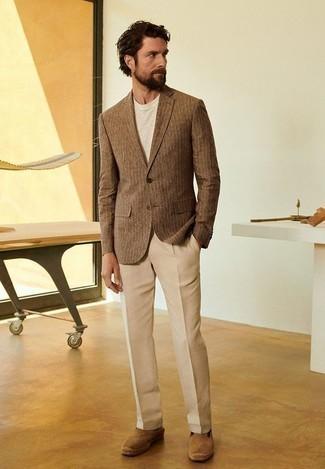 Combinar un blazer de rayas verticales marrón: Utiliza un blazer de rayas verticales marrón y un pantalón de vestir marrón claro para un perfil clásico y refinado. ¿Por qué no añadir alpargatas de ante marrón claro a la combinación para dar una sensación más relajada?