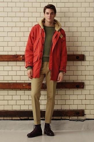 Combinar una parka roja: Si buscas un estilo adecuado y a la moda, intenta ponerse una parka roja y un pantalón de vestir marrón claro. Botas casual de cuero en marrón oscuro son una opción práctica para completar este atuendo.
