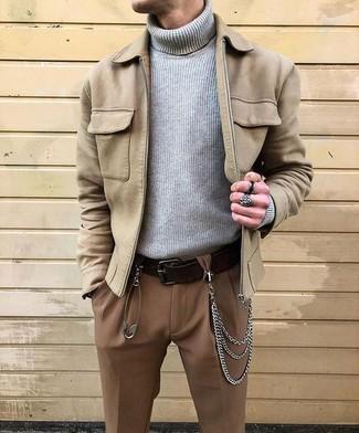 Cómo combinar: correa de cuero en marrón oscuro, pantalón de vestir marrón, jersey de cuello alto de punto gris, cazadora de aviador de ante en beige
