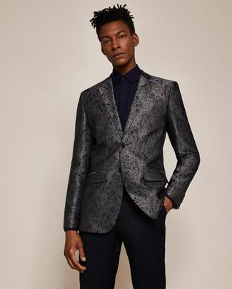 Cómo combinar: pantalón de vestir negro, camisa de vestir azul marino, blazer de brocado en gris oscuro