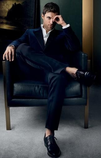 Cómo combinar: zapatos derby de cuero negros, pantalón de vestir negro, camisa de vestir blanca, blazer de terciopelo azul marino