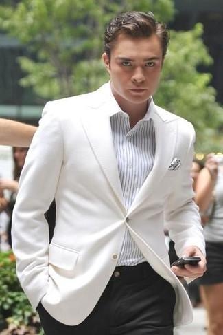 Cómo combinar: pañuelo de bolsillo a lunares blanco, pantalón de vestir negro, camisa de vestir de rayas verticales blanca, blazer blanco