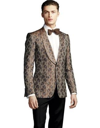 Cómo combinar: corbatín marrón, pantalón de vestir negro, camisa de vestir blanca, blazer de brocado marrón
