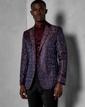 Cómo combinar: pantalón de vestir negro, camisa de vestir burdeos, blazer de brocado en violeta