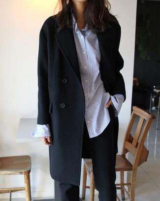 Cómo combinar: pantalón de vestir negro, camisa de vestir de rayas verticales celeste, abrigo negro
