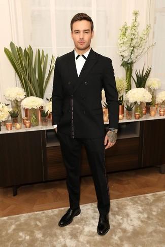 Cómo combinar: zapatos derby de cuero con tachuelas negros, pantalón de vestir negro, camisa de vestir en blanco y negro, blazer cruzado negro