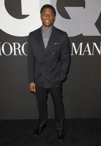 Look de Chadwick Boseman: Zapatos derby de cuero negros, Pantalón de vestir negro, Camisa de vestir de tartán gris, Blazer cruzado negro