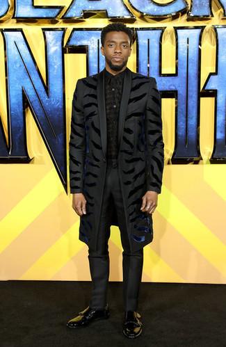 Cómo combinar: zapatos con doble hebilla de cuero negros, pantalón de vestir negro, camisa de vestir estampada negra, abrigo largo negro